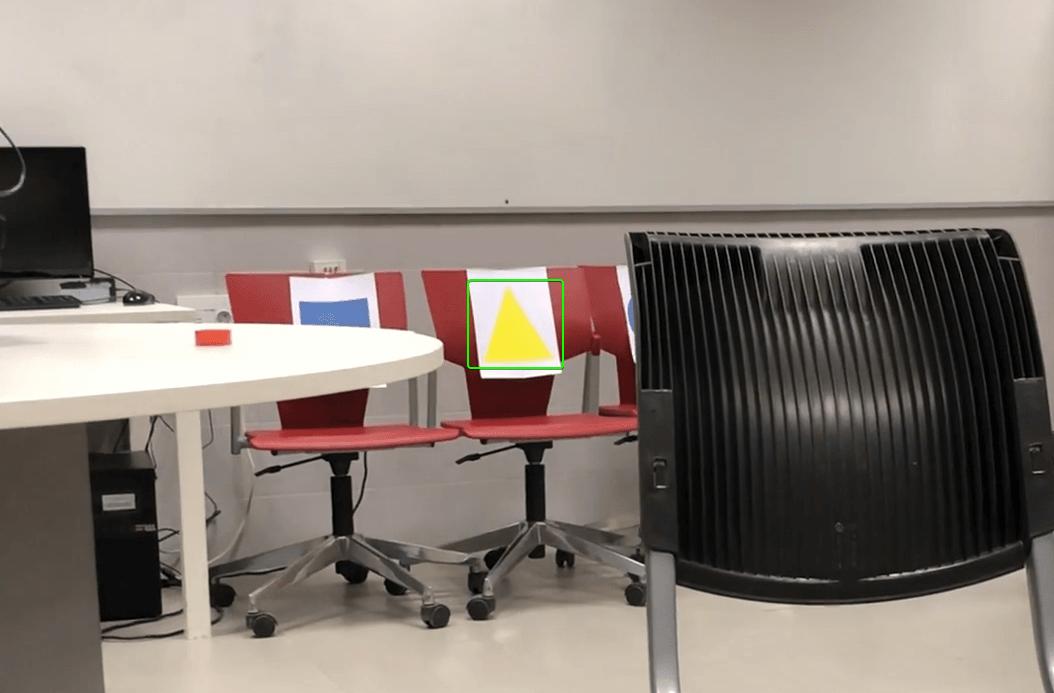 Varias sillas de oficina con figuras geométricas. El triángulo amarillo se encuentra resaltado